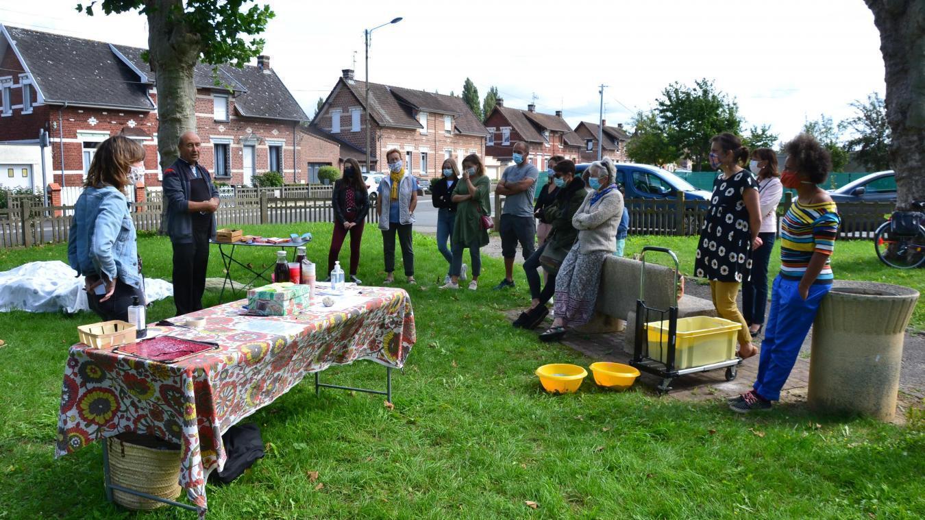 Au mois de septembre, le collectif invitait les habitants à réaliser des œuvres d'art éphémères au kiosque, pour les sensibiliser à l'importance des parcs en cœur de ville.
