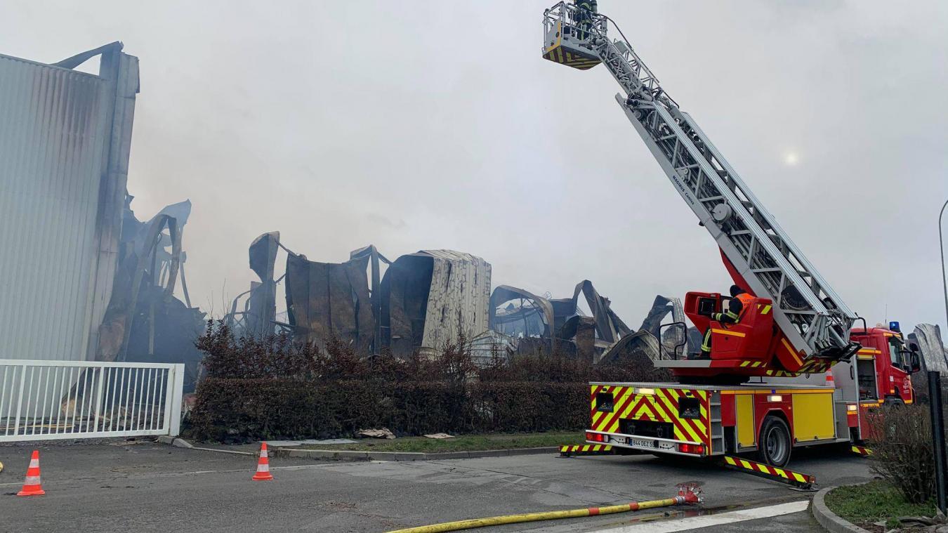 À défaut de pouvoir éteindre les dernières flammes sous la tôle, les pompiers continuent de surveiller que le feu ne se propage pas.