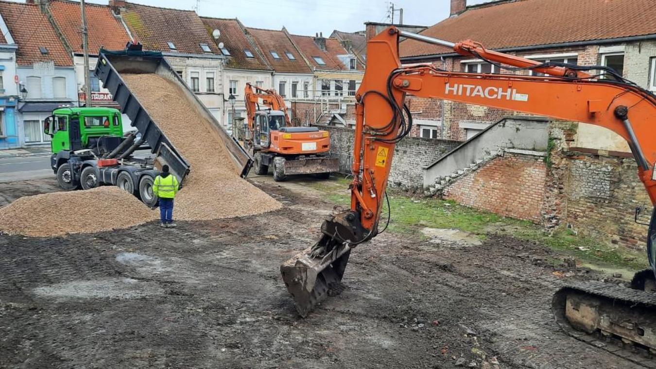 Pour compenser la perte des places de parkings à cause des chantiers à l'ex-cinéma et de la toiture de l'église, un parking d'une trentaine de places est construit provisoirement dans le centre de Watten.