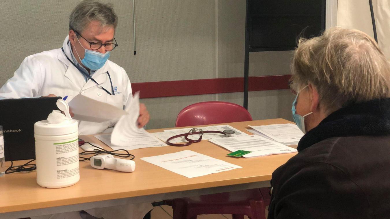 Marie-Paule, 76 ans, de Neuve-Chapelle a été la première vaccinée à Laventie, mardi matin.