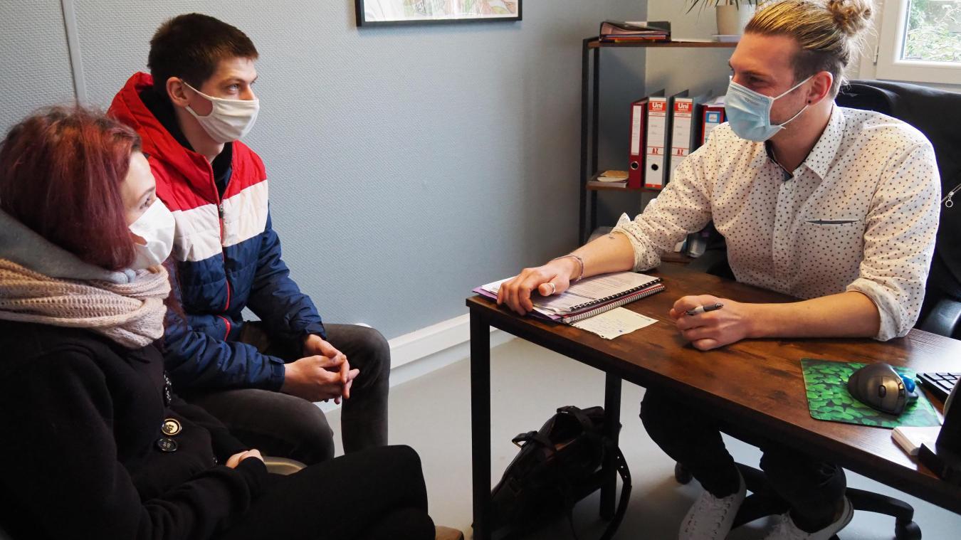 Medhi en entretien avec des parents qui viennent voir leur fils au PUF.