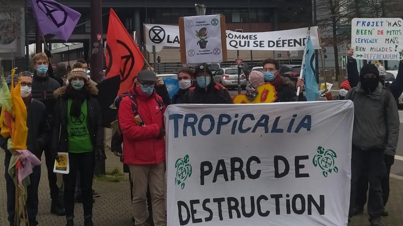 Ce samedi 23 Janvier, devant le siège de la Région Hauts de France, une vingtaine de militants ont mené une action de désobéissance civile non violente.