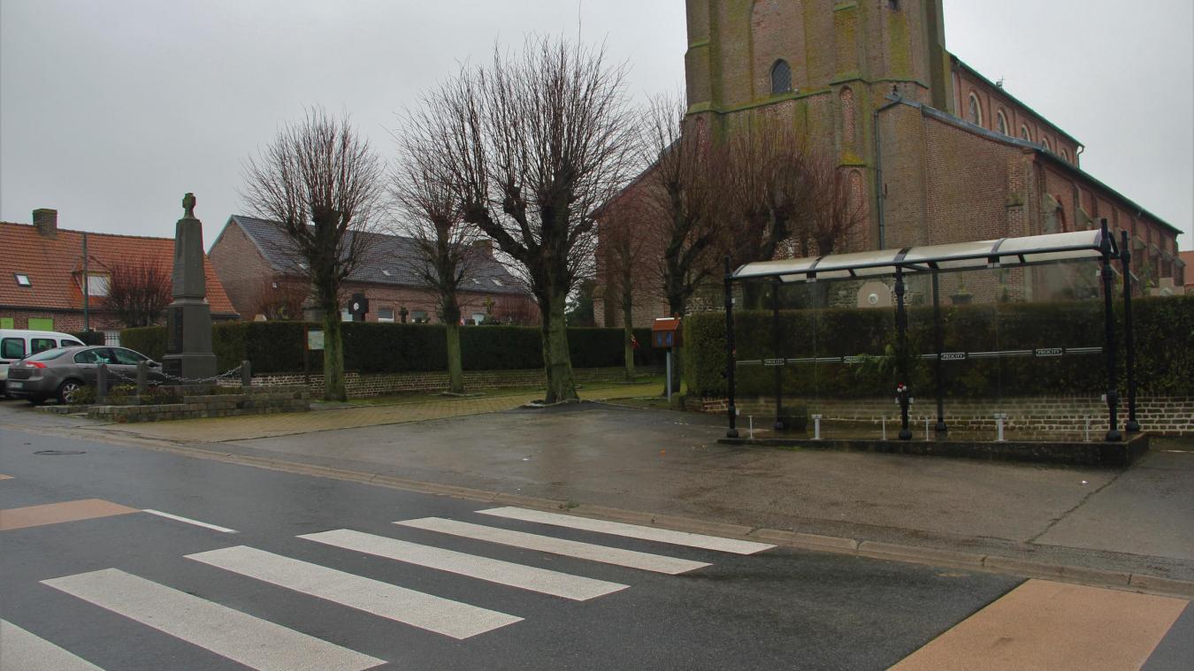 L'aménagement de la place va se poursuivre par la réfection du trottoir devant l'église.