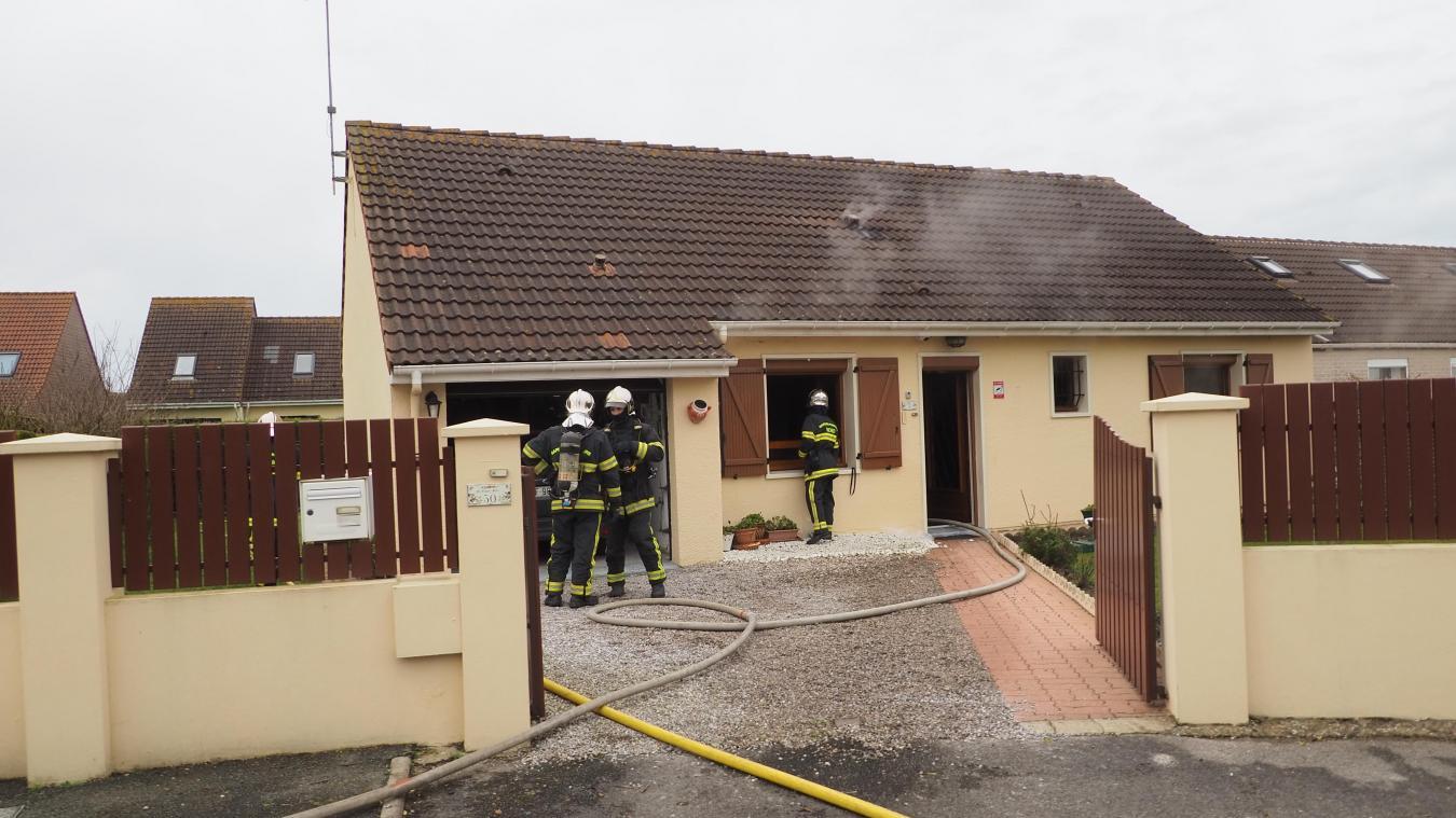 La fumée s'est infiltrée dans les combles de cette maison sans étage.