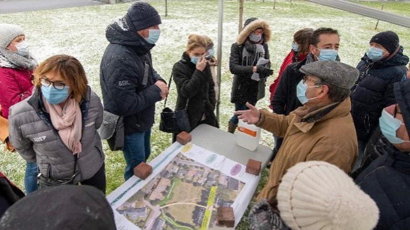 Habitants et élus étaient une quinzaine à braver la neige pour venir parler du futur du square Folkestone.