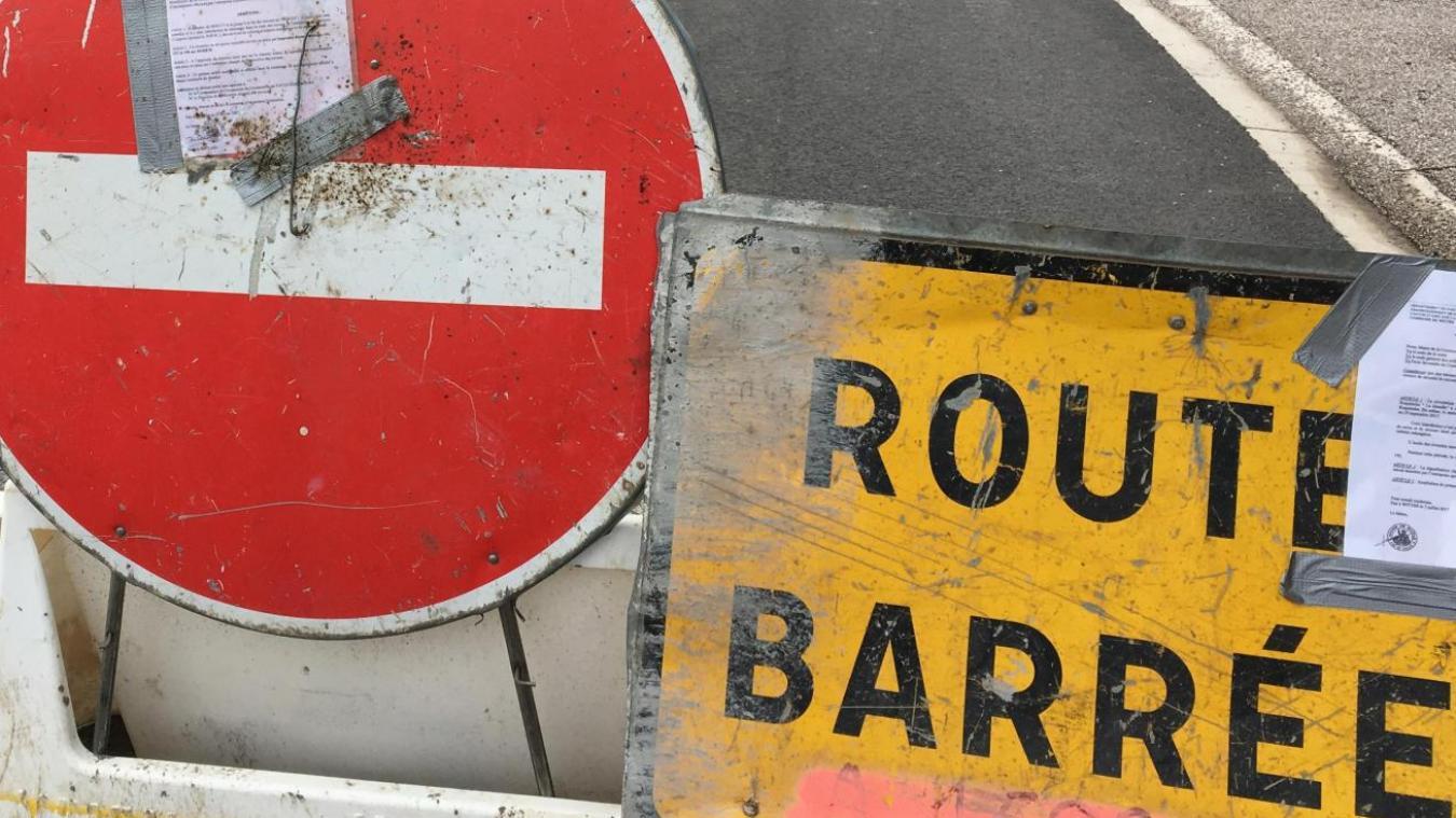 La vitesse des véhicules est limitée à 30 km/h et la circulation est alternée, prudence sur les routes.
