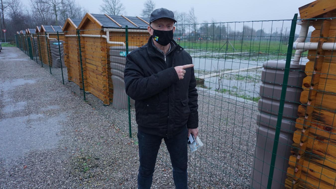 Alain Hodé devant un récupérateur d'eau installé par les agents municipaux de la Ville.