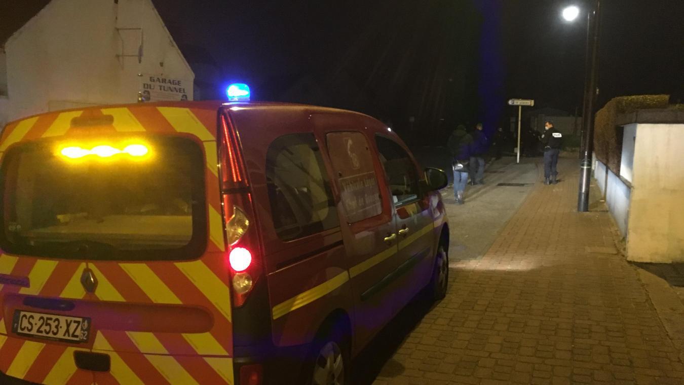 Les pompiers sont intervenus avec plusieurs véhicules. Plusieurs policiers étaient présents.