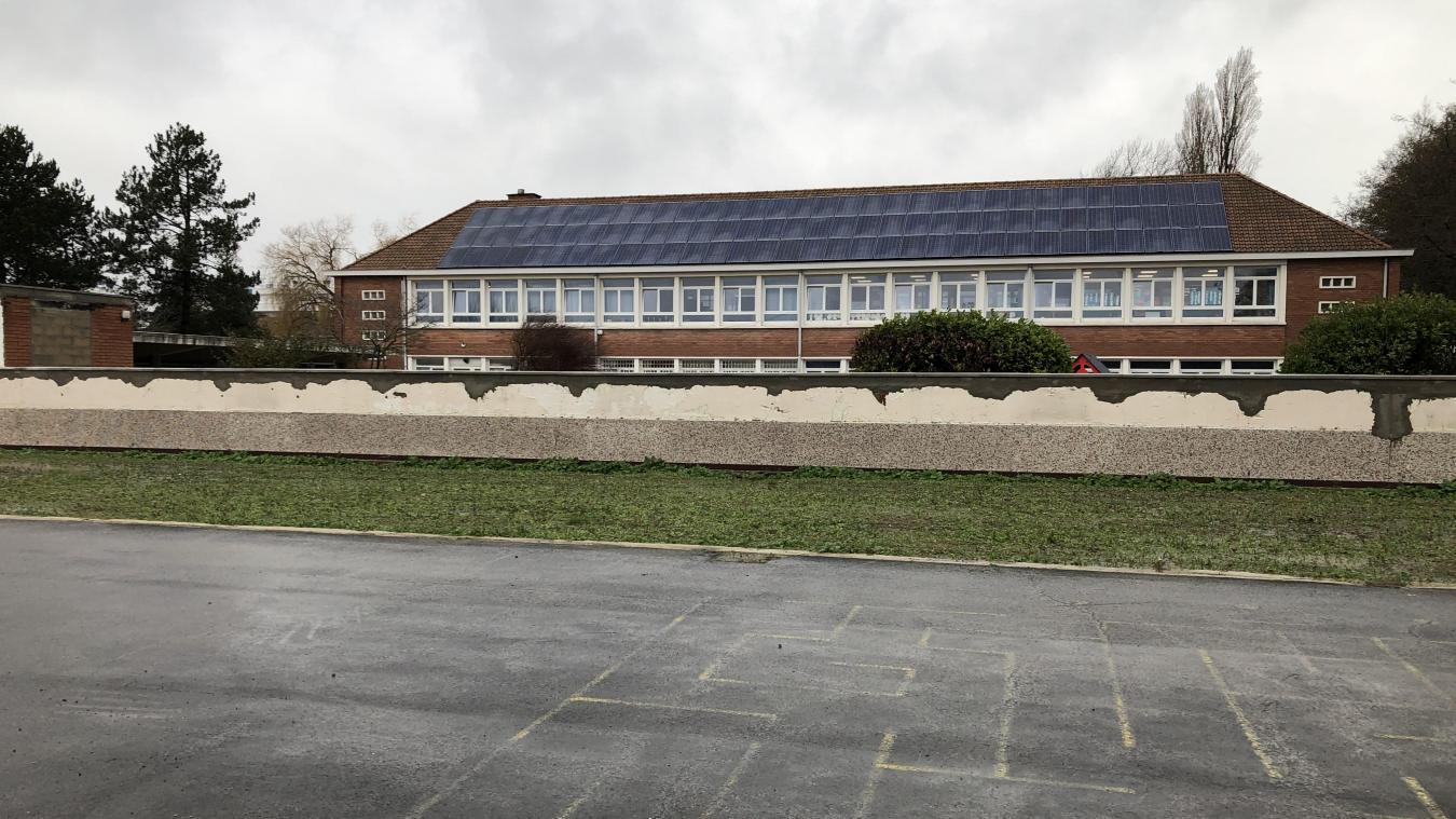 Cinq bouteilles ont été découvertes dans la pelouse, à l'arrière de l'école.