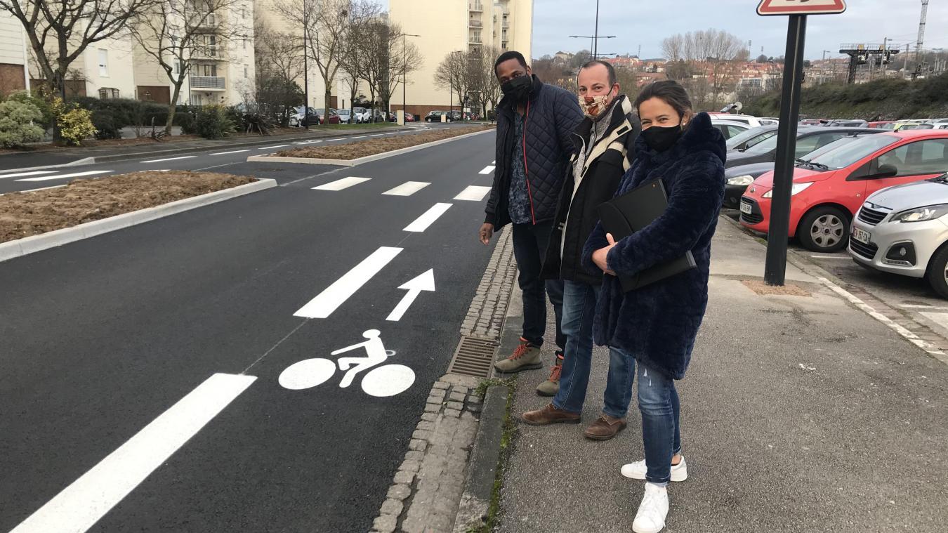 Les élus sur le pont boulevard Voltaire, vérifient les aménagements réalisés en faveur des vélos.