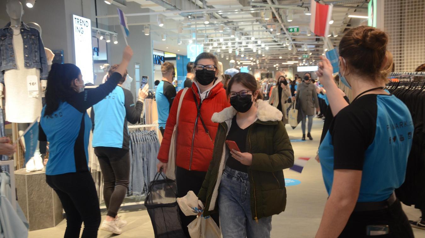 Les premiers clients du magasin Primark qui a ouvert hier à la Cité Europe ont été accueillis sous une haie d'honneur.