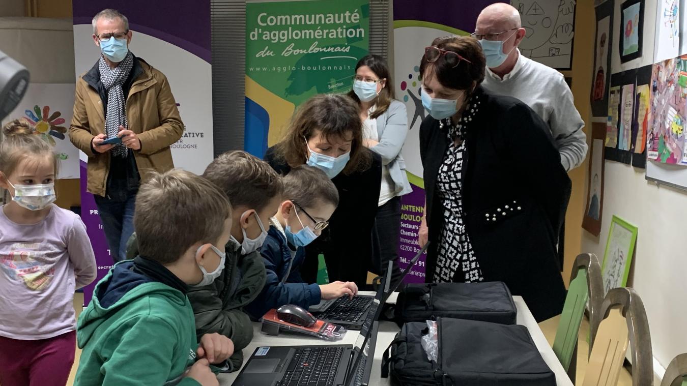 Les enfants ont déjà adopté les ordinateurs offerts par la CAB et l'État