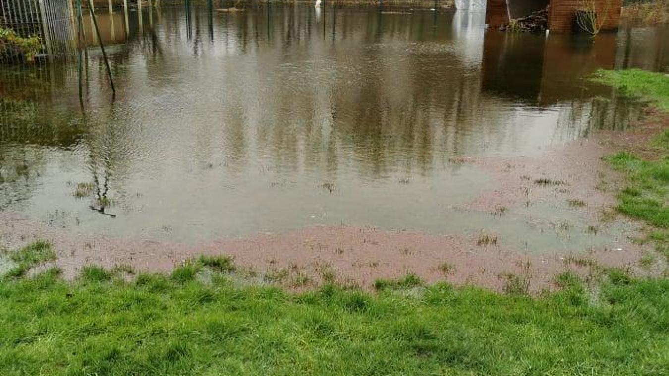 Après l'arrière du terrain, l'eau arrive au bord des habitations rue des Huttiers...