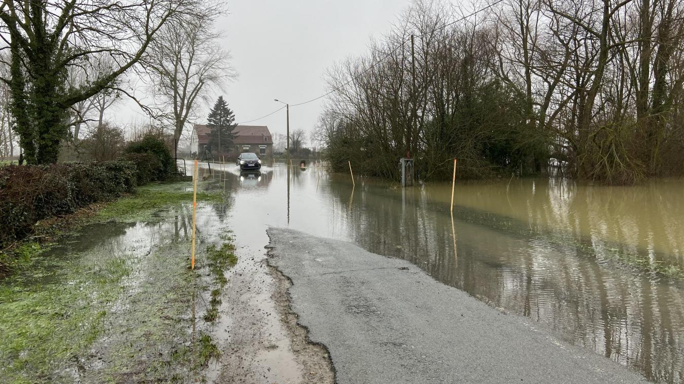 Même si les routes sont inondées, certaines restent praticables en voiture, comme ici route de Caudescure.