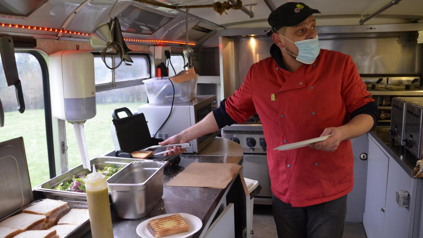 Claude a ouvert son food truck en solidarité avec les restaurateurs, pour protester contre la fermeture imposée aux établissements.
