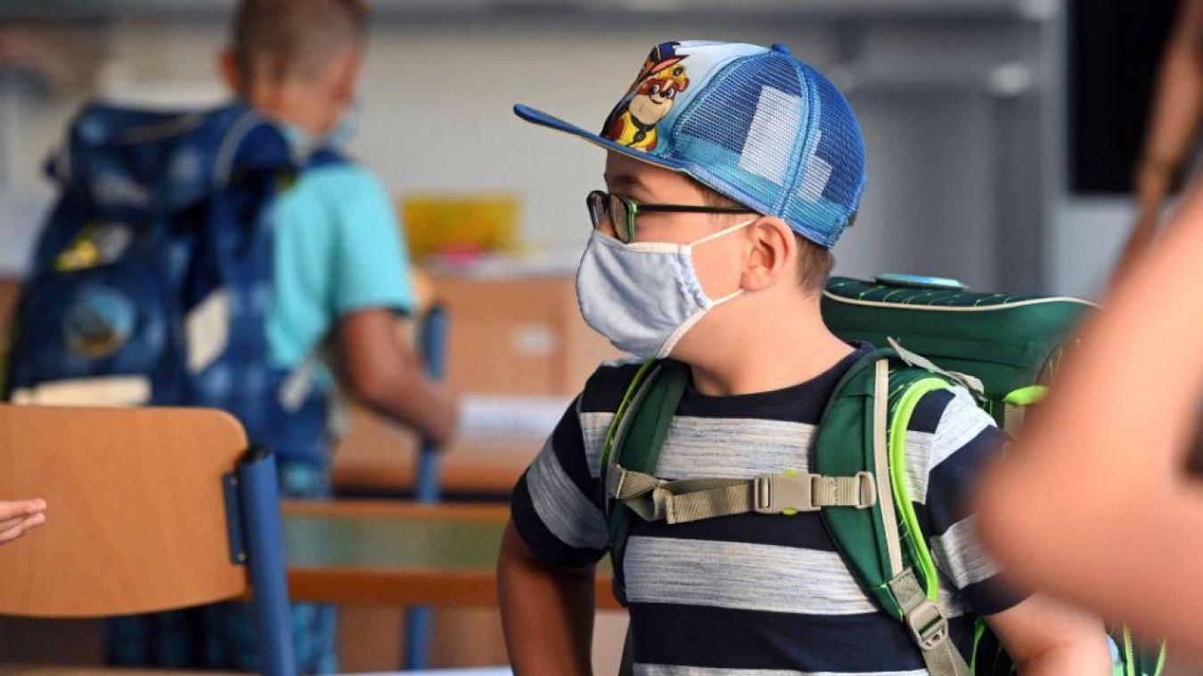 A partir du 8 février, les élèves ne pourront plus venir en classe avec des masques de catégorie 2. Il faudra privilégier des masques chirurgicaux ou grand public de catégorie 1 qui filtrent au moins 90 % des particules émises d'une taille supérieure ou égale à 3 microns.