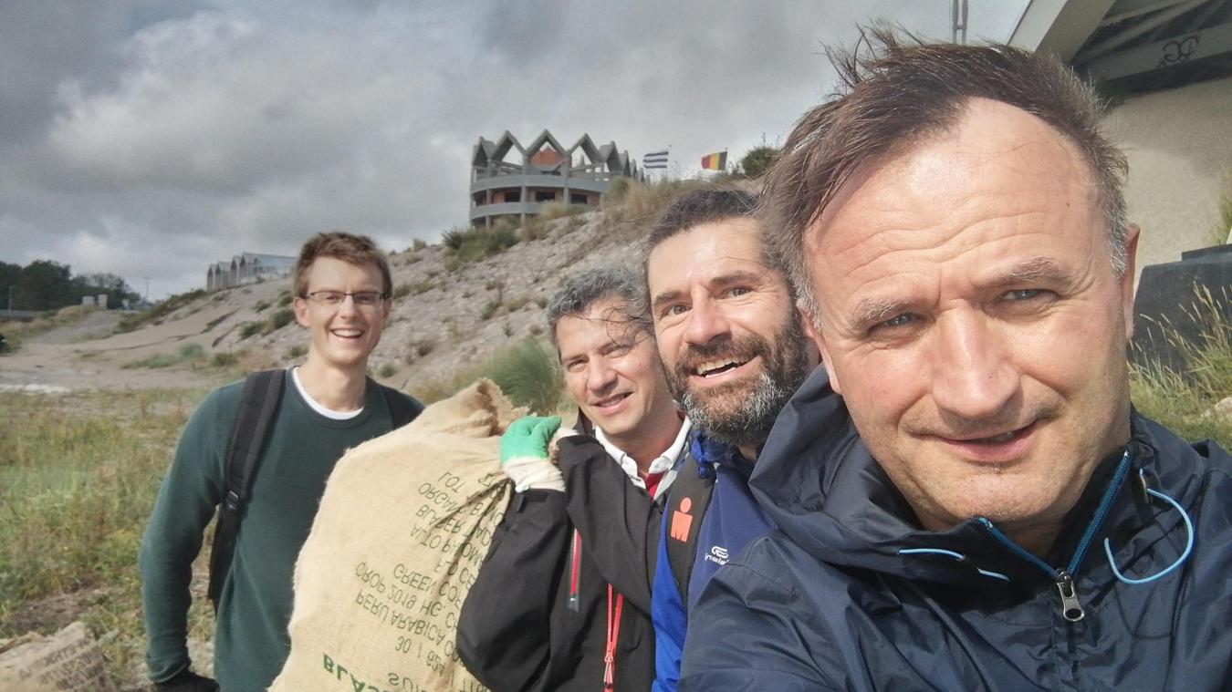 William Sergeant (au premier plan), Laurent Marcant (juste derrière) et Les Ramasseurs parcourent le Dunkerquois depuis cet été pour le nettoyer.