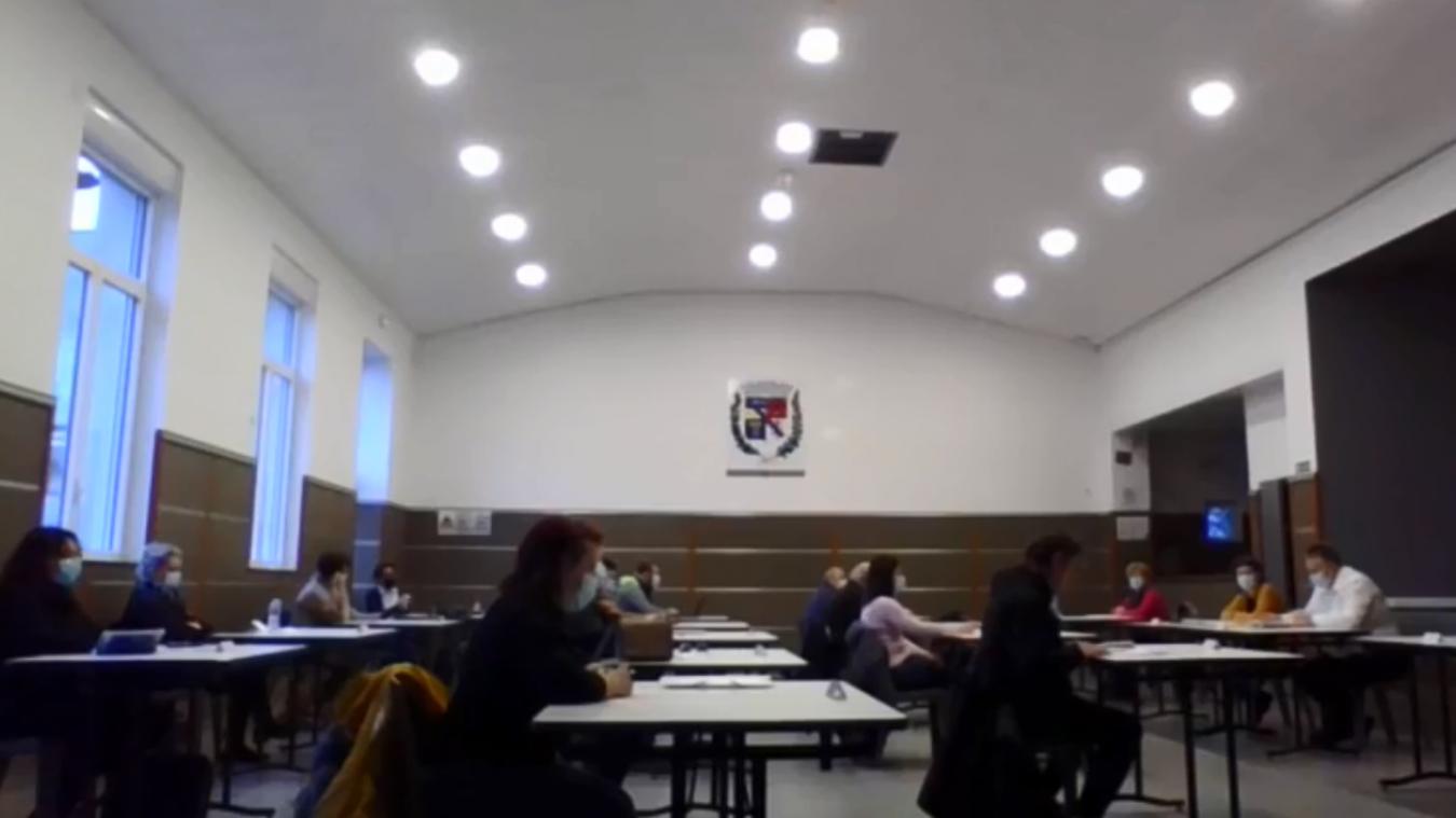 Le conseil s'est tenu à huis clos, et a été diffusé en ligne par la municipalité et la liste d'opposition.