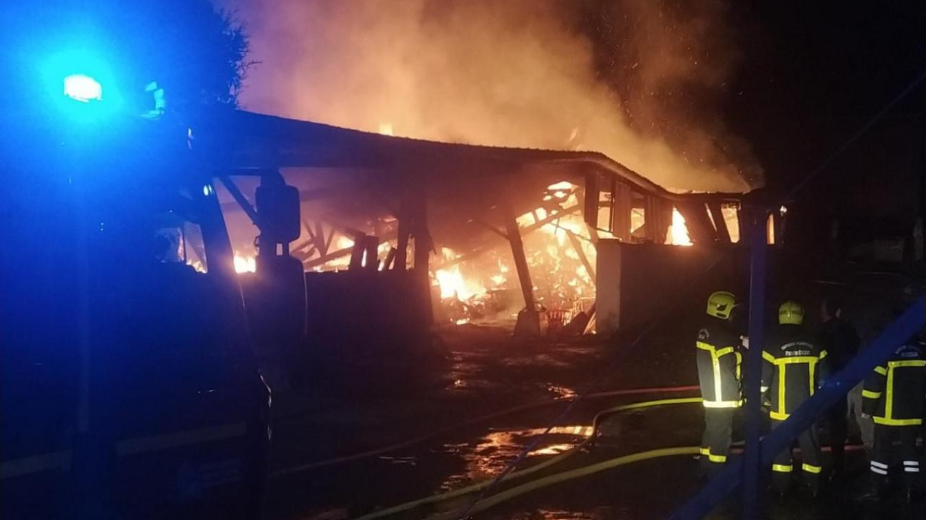 Le hangar agricole situé rue du Mont-Enocq a été totalement détruit par le feu. La rapide intervention des sapeurs pompiers d'Etaples et de Berck a permis de préserver le corps de ferme.
