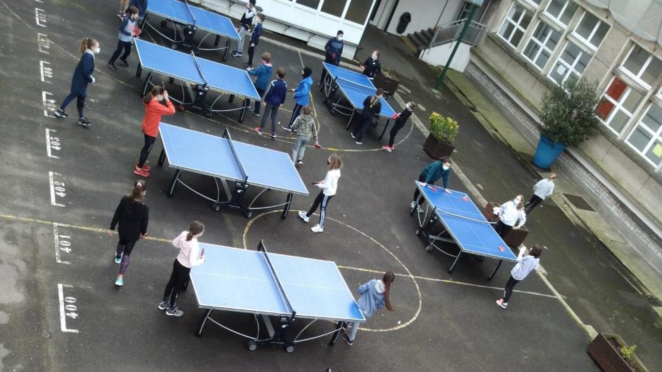 Les élèves du collège Haffreingue à Boulogne-sur-Mer ont pu essayer le tennis de table dans la cour de l'établissement.