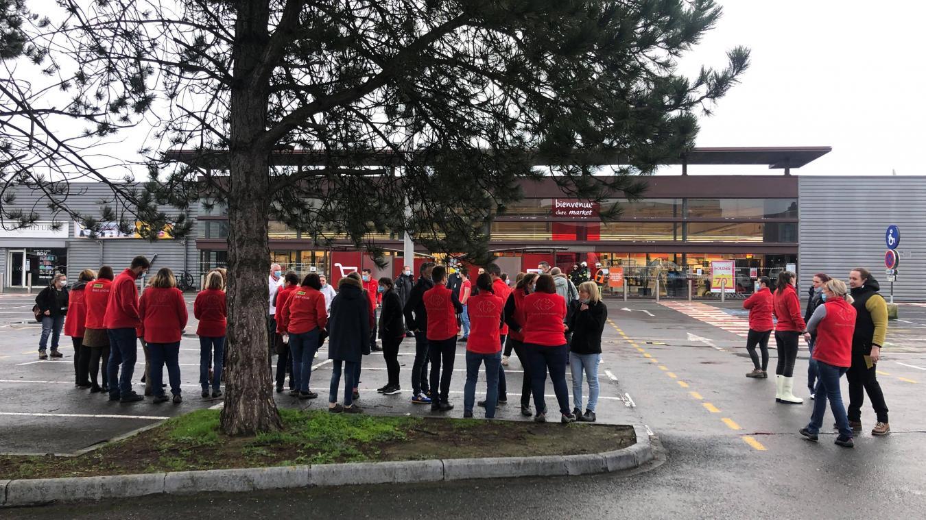 Les salariés du Carrefour Market d'Estaires ont attendu sur le parking le temps de l'intervention.