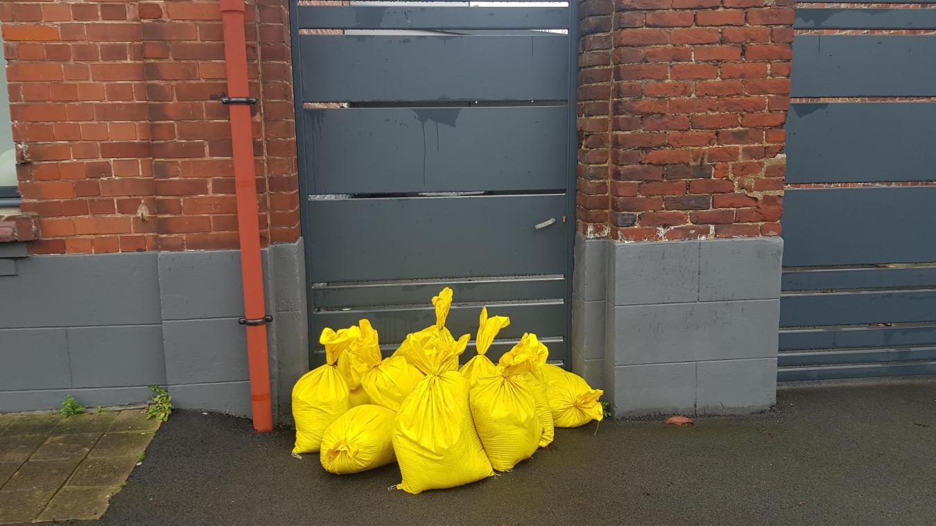 Certains riverains à proximité de la Lawe avaient disposé des sacs pour éviter d'éventuelles infiltrations d'eau.