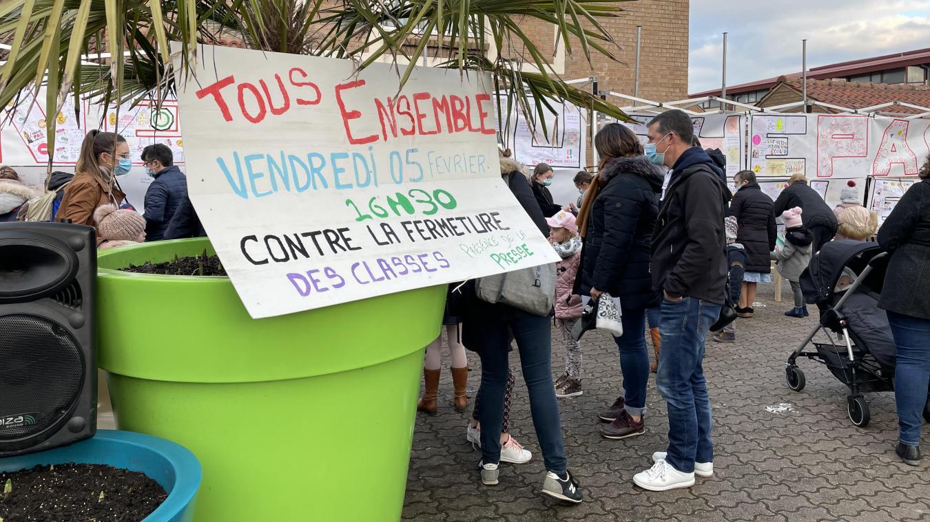 Deux banderoles ont été déployées devant l'école publique de Steenvoorde.