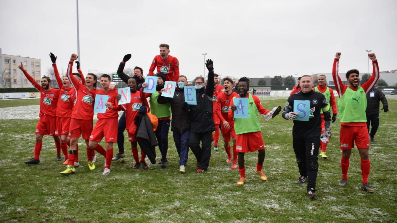 Les joueurs loonois ont fêté la victoire avec les quelques supporters (des personnes du club) présents dans le stade.