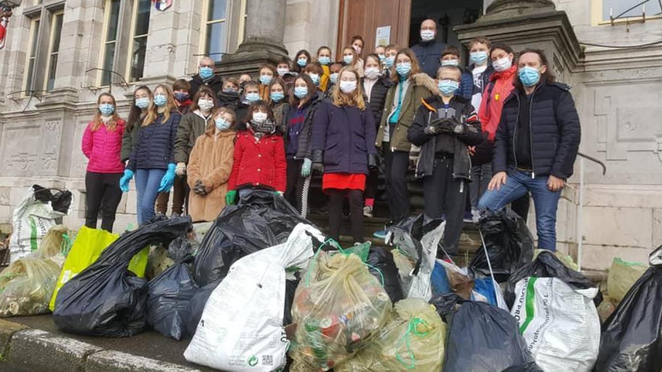 Des collégiens de 5e, volontaires, ont déposé les sacs au pied de l'hôtel de ville pour qu'ils soient ramassés par Dk Propre.