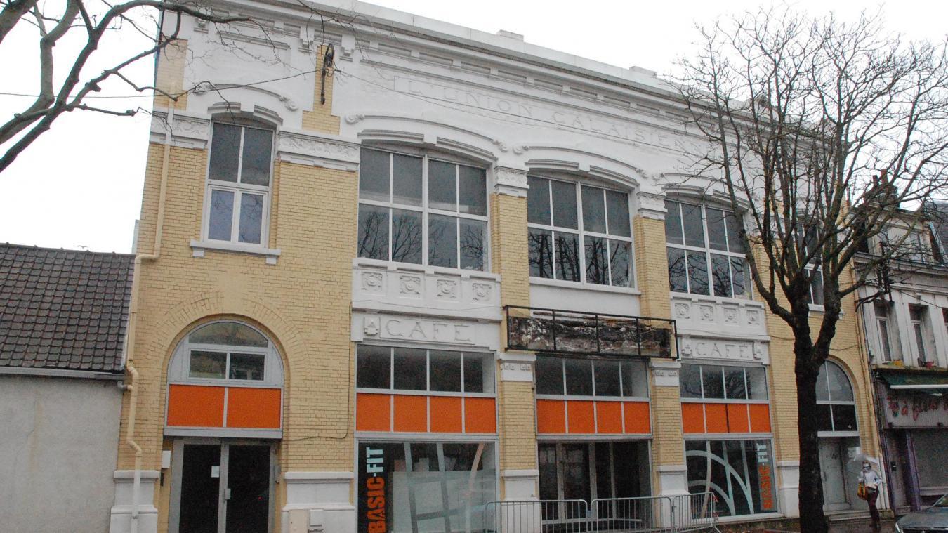 L'enseigne Basic Fit va être raccrochée. A gauche, la façade de l'Union Calaisienne endommagée par une torpille en 1917.