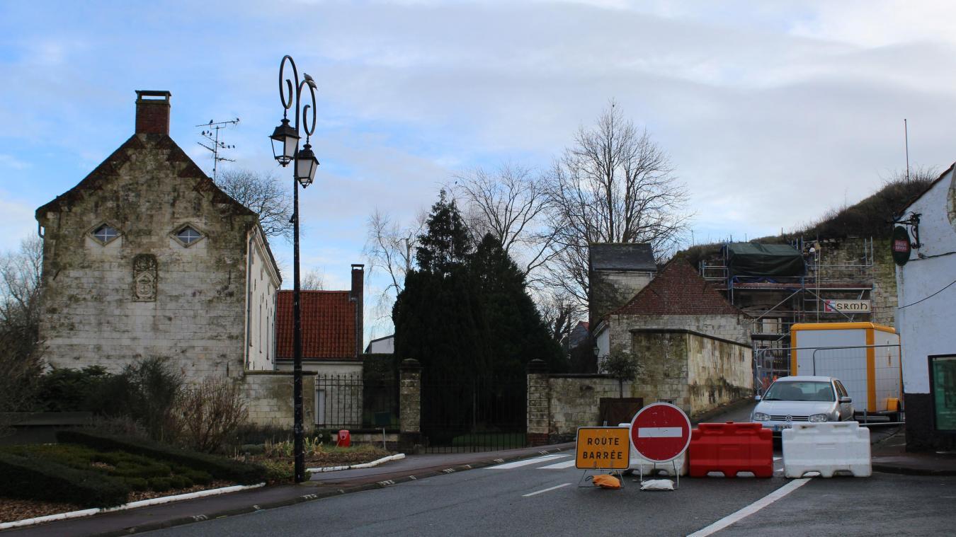 La mairie souhaiterait racheter le bâtiment situé à gauche de la voûte pour y installer la mairie.