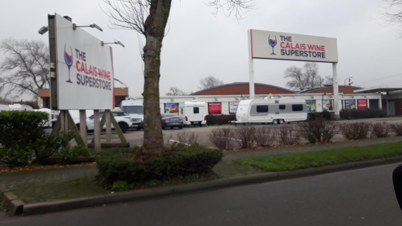 L'entrée du Calais Wine Superstore reste bloquée depuis une semaine.
