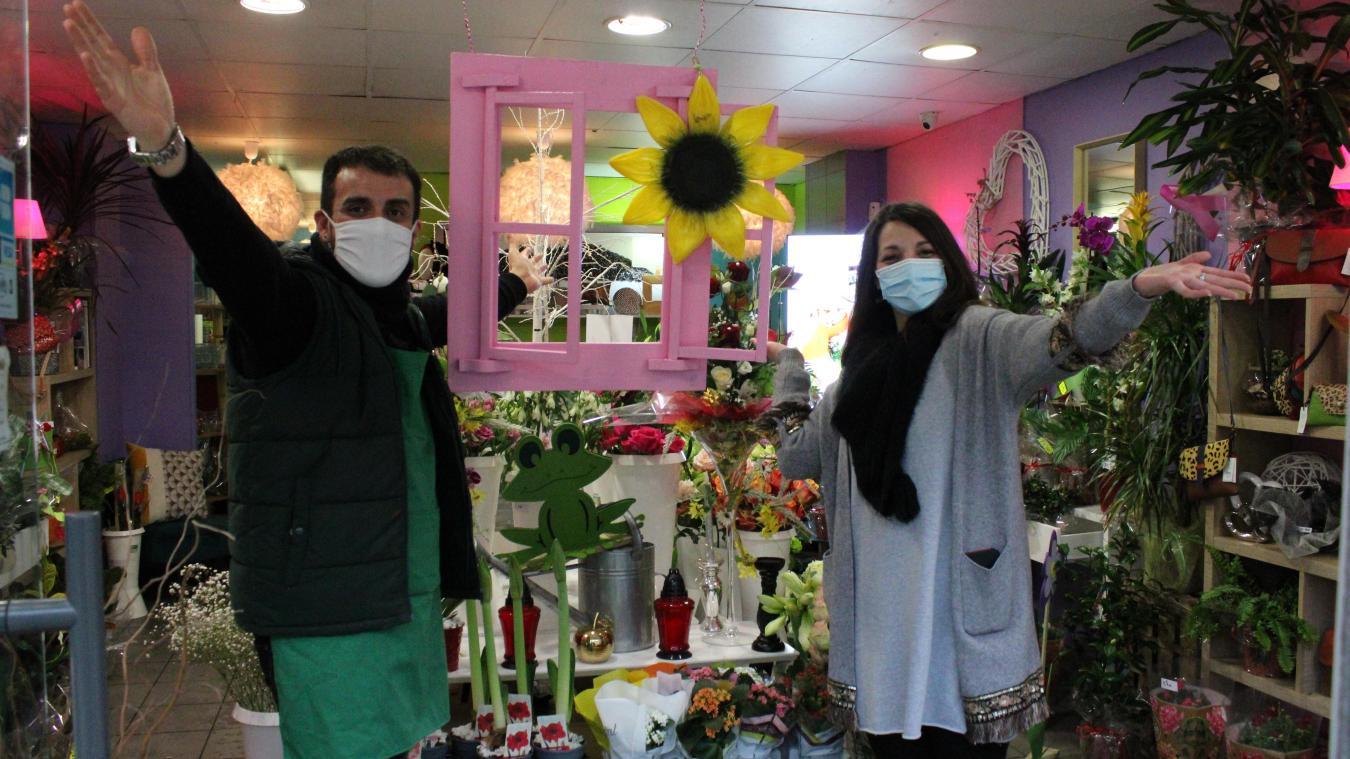 Yoan Tissandier, gérant de l'Arbre à Fleurs, et Hamel Tetah, de l'entreprise Chrysalide, réceptionnent les dons.
