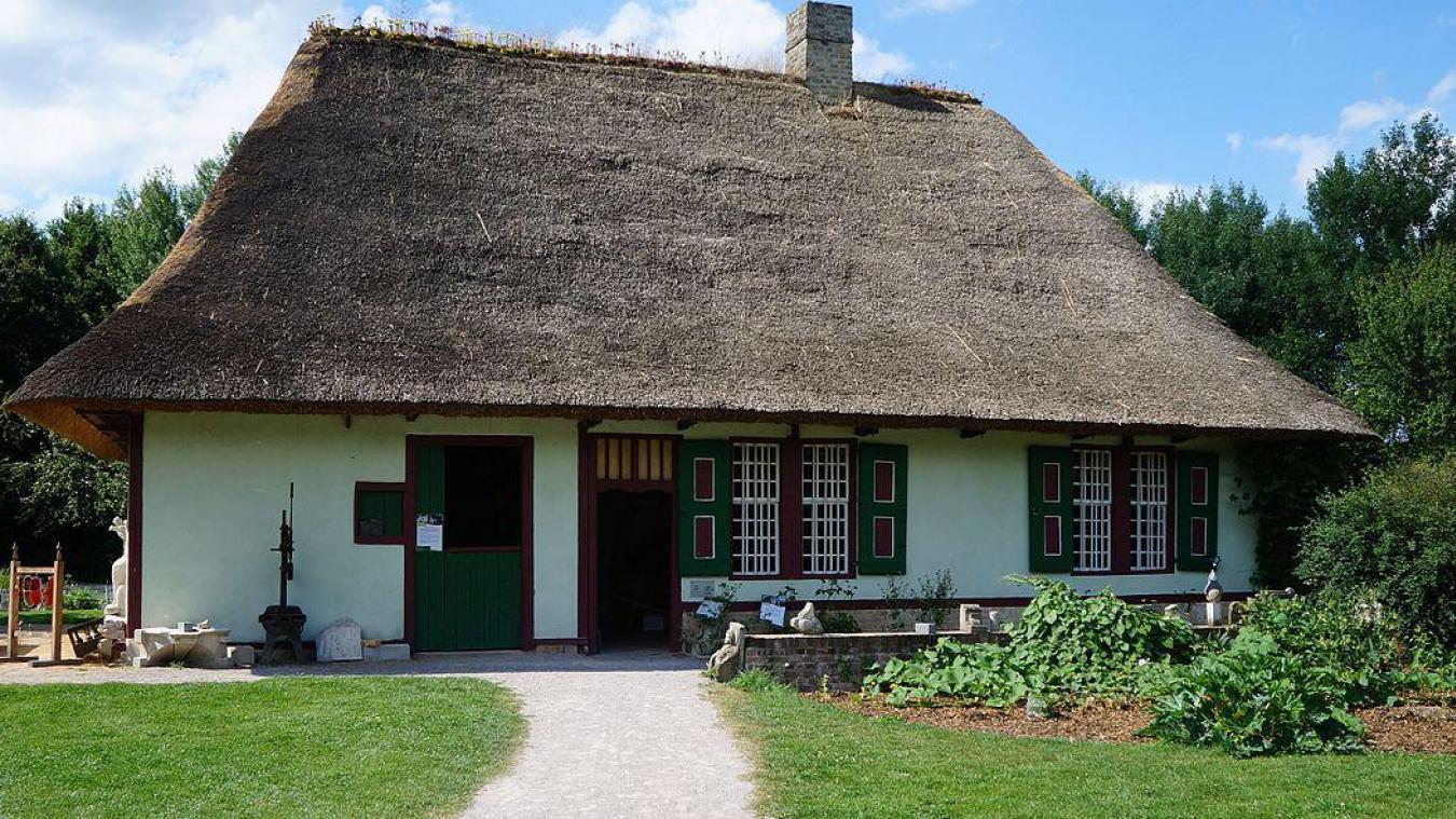 La chaumière est une maison rurale traditionnelle, qui tire son nom de sa toiture recouverte de chaume (paille de blé ou de seigle, tiges de roseaux selon le cas).