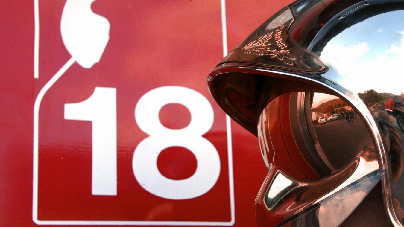 19 sapeurs-pompiers sont intervenus pour maîtriser un feu de stock de bois situé à l'extérieur d'une habitation avec une propagation à la toiture d'une véranda. Illustration