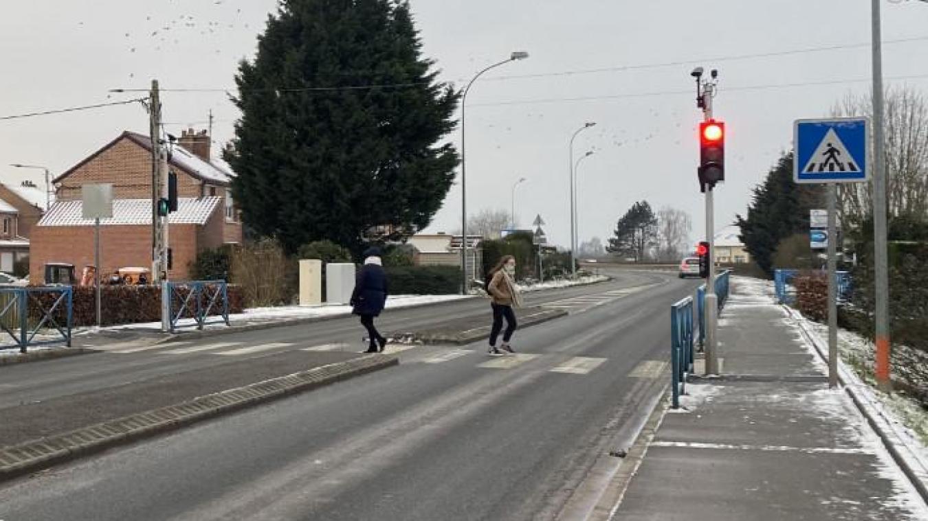 Avenue Jules-Houcke, deux feux intelligents sont apparus il y a quelques semaines.