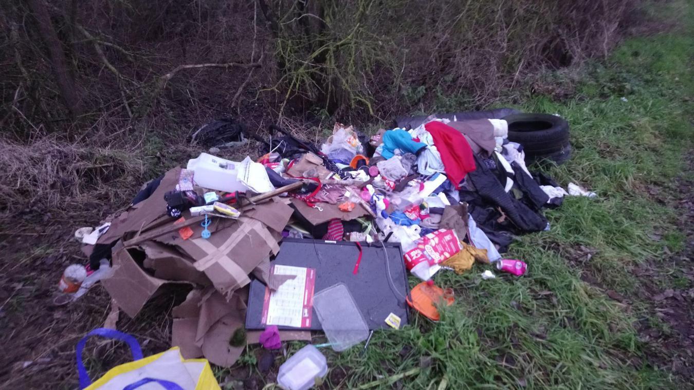 Des tas de déchets ont été retrouvés près du cimetière d'Isbergues. La quantité est impressionnante.
