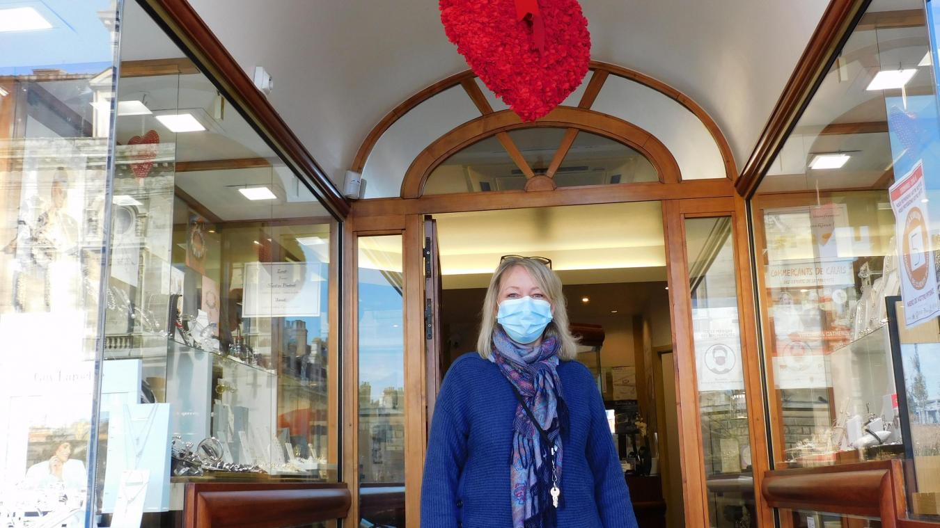 Dès l'entrée comme en vitrine, Saint Valentin a élu domicile.