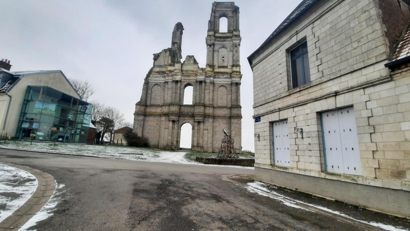 Ci-dessus, l'abbaye du Mont-Saint-Éloi.Ci-contre, le Gué de Caucourt.