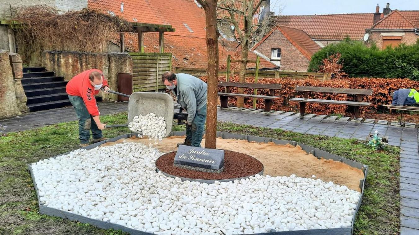 Un octogone autour de l'arbre du souvenir a été tracé et rempli de galets blancs par les agents municipaux.