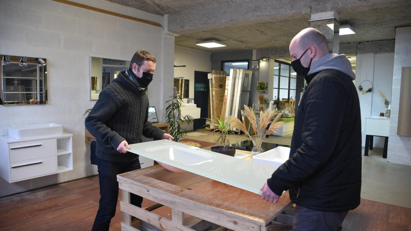 Geoffrey Margot (à droite) a récemment embauché Benoît Lebegue. Il est la deuxième personne à participer au développement de la Recyclerie.