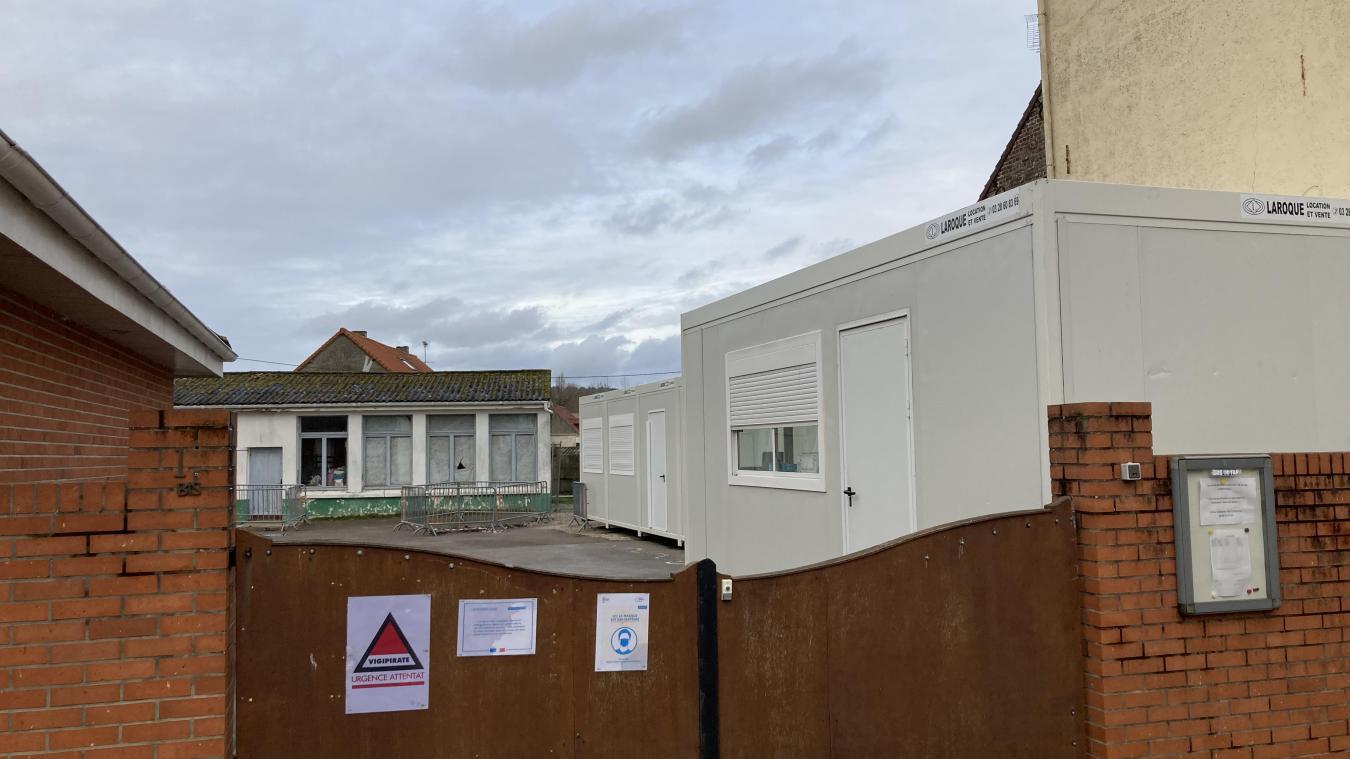 Faute de bâtiment exploitable, les élèves ont actuellement cours dans des bungalows aménagés.