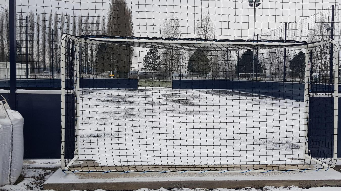 Devenus trop vétustes, les anciens courts de tennis ont été transformés en terrain de football.