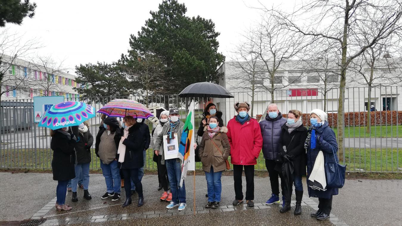Les professeurs du collège Pierre-et-Marie-Curie dénoncent la légèreté des mesures sanitaires dans la région.