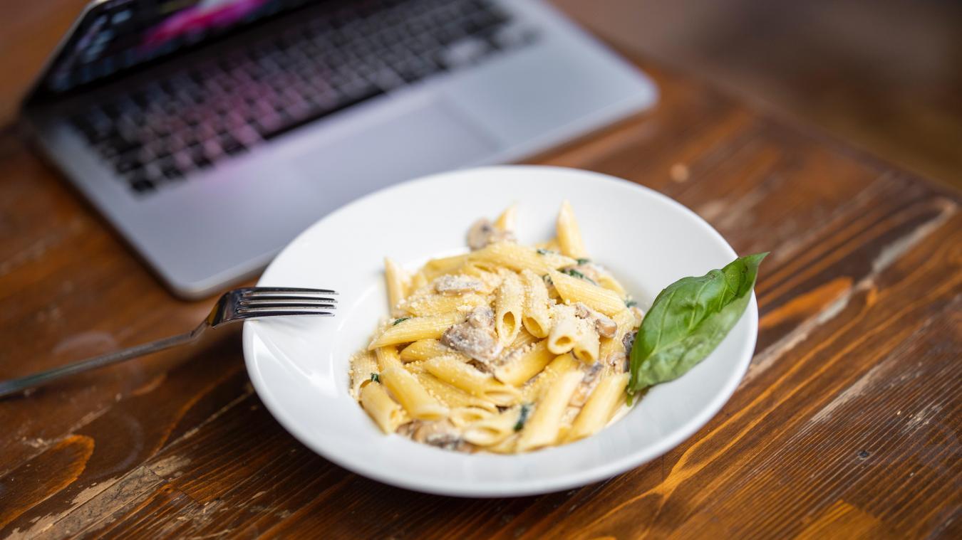 Cette pratique de manger sur le pouce à son bureau, courante, n'a pas attendu de décision gouvernementale pour s'imposer dans le quotidien de nombreux employés.