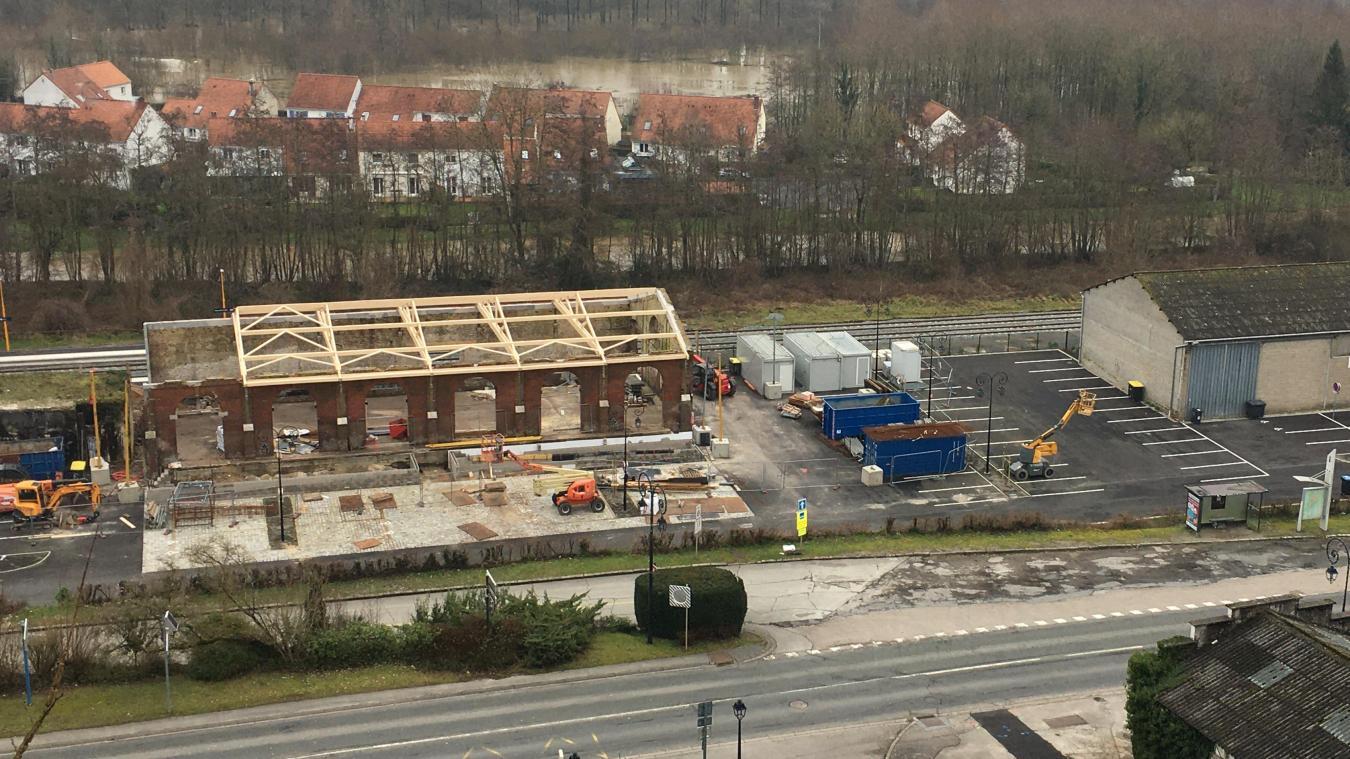 Longtemps laissée à l'état de ruine, la halle de la gare retrouve vie avec les travaux entrepris depuis plusieurs mois.