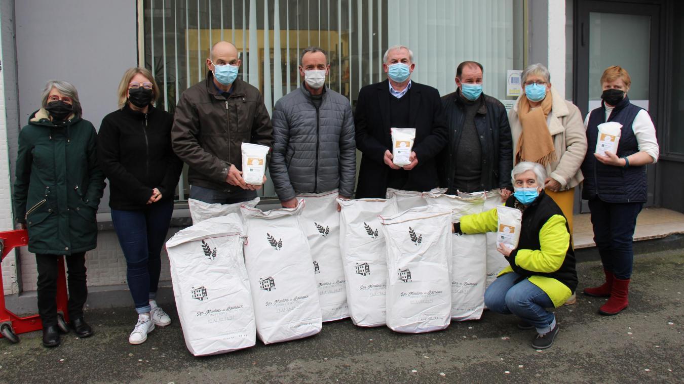 Les 170kilos de farine ont été distribués par les responsables des caisses locales, notamment Francis Pochet et Bernard Mazingarbe.
