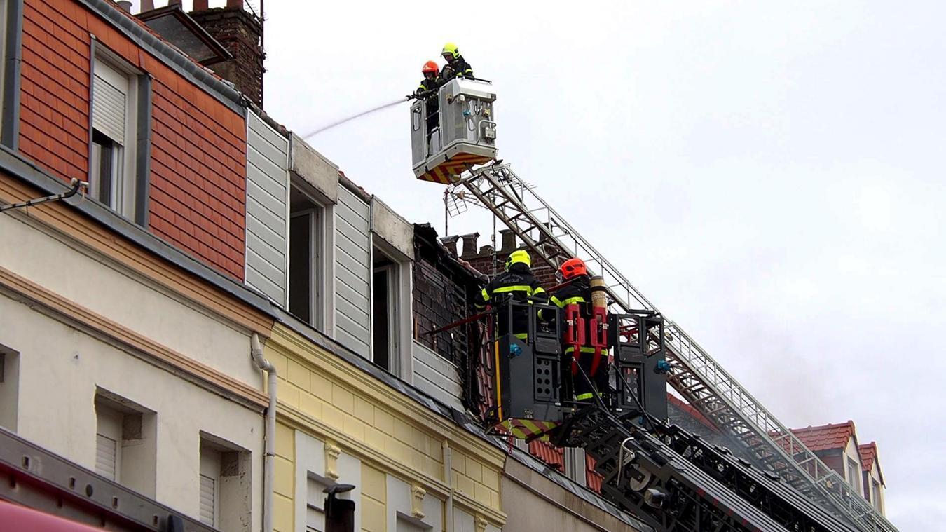 Pour venir à bout des flammes, qui ne cessaient de repartir, les pompiers ont dû déployer deux échelles pivotantes avec deux lances à incendie dédiées.