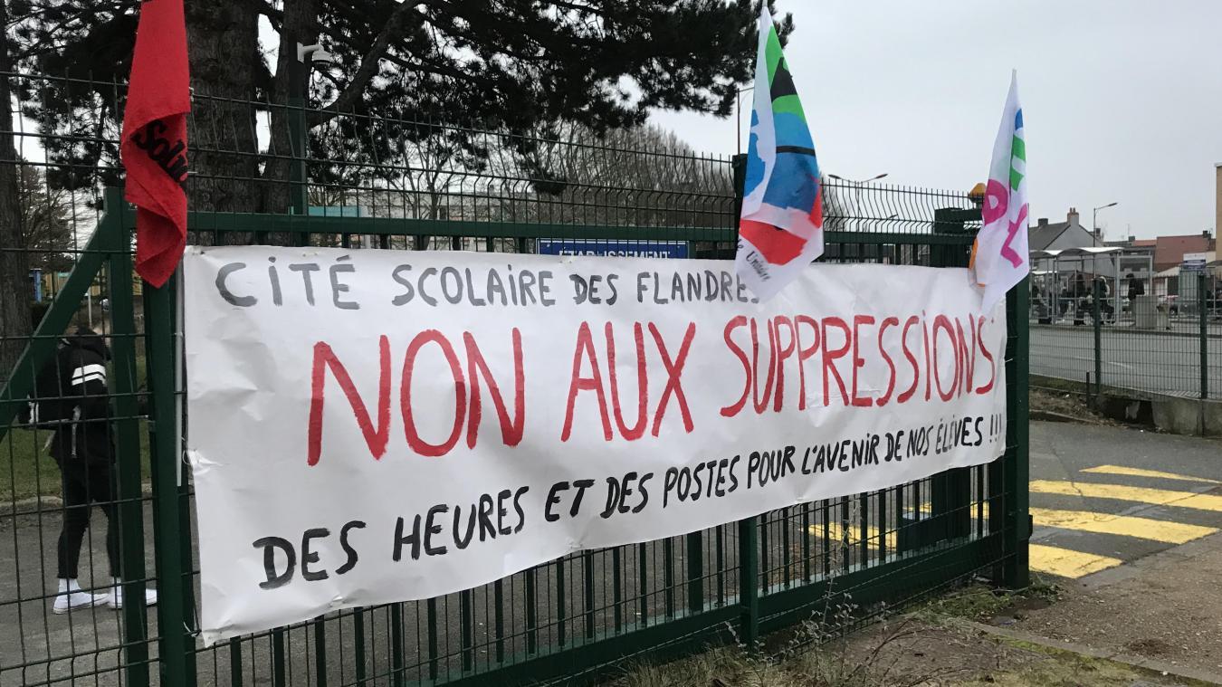Des banderoles ont été positionnées sur les grilles du lycée.