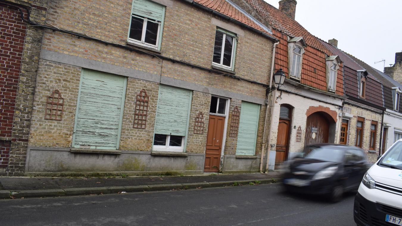 Ces deux maisons situées rue de Furnes à Hondschoote vont être vendues pour 70000euros.